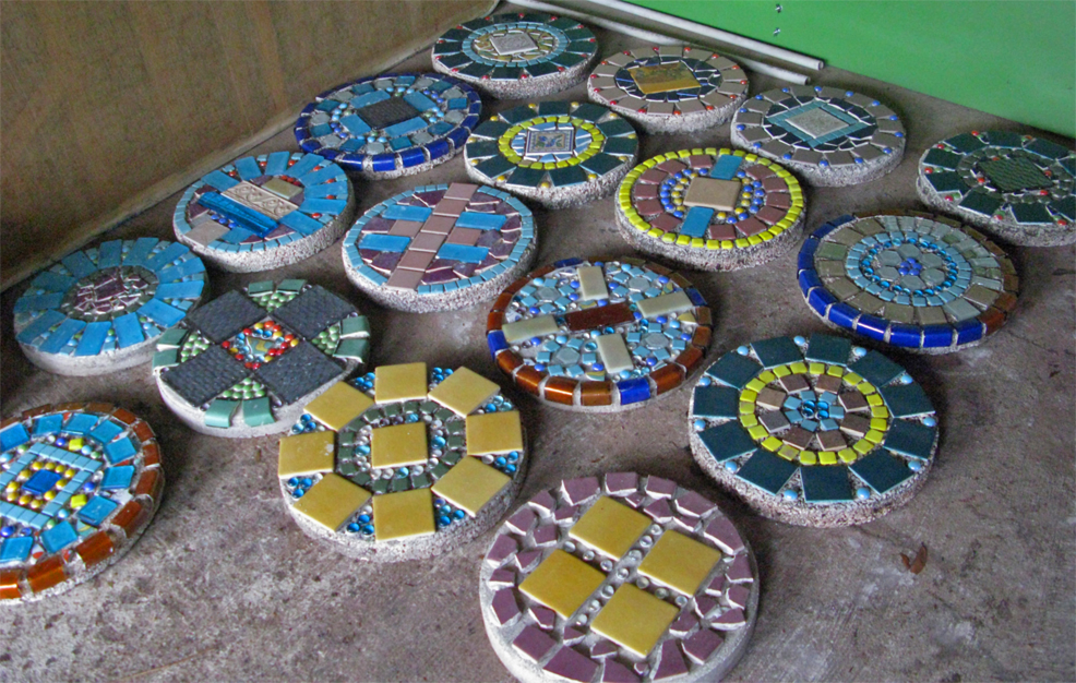Mosaic step stone on pinterest homemade stepping stones for Garden mosaic designs